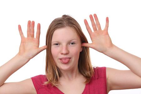 Portret van een tiener die een grappig gezicht op witte achtergrond