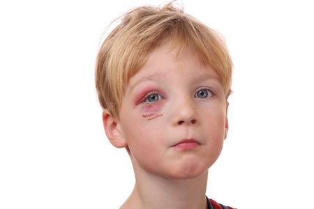 Portrait d'un jeune garçon avec des yeux noirs sur fond blanc