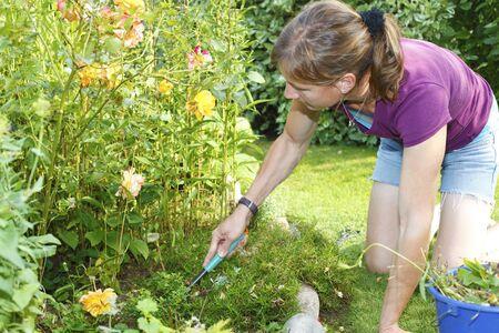 Junge Frau arbeitet im Garten