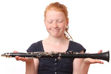 clarinet: Retrato de un adolescente chica clarinete de juego en el fondo blanco