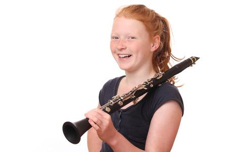 clarinete: Retrato de un adolescente chica clarinete de juego en el fondo blanco
