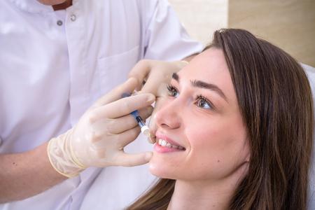 Cosmétologie matérielle, mésothérapie, Gros plan sur une jeune femme recevant un traitement de la zone des joues au spa.