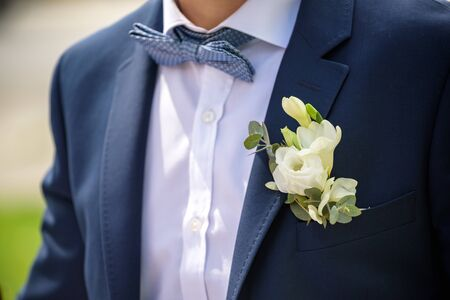 Bräutigam in einer Jacke, Boutonniere auf einer Jacke, der Bräutigam passt seine Jacke an, Der Morgen des Bräutigams, Business-Stil, Mann in einer Jacke.