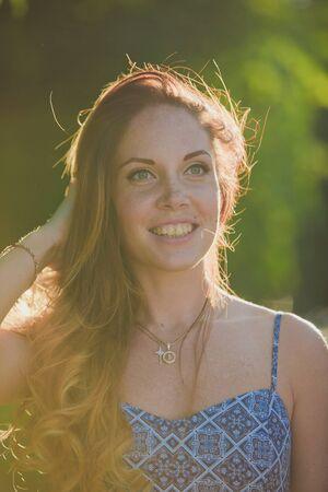 niñas sonriendo: Muchacha hermosa en sol del verano