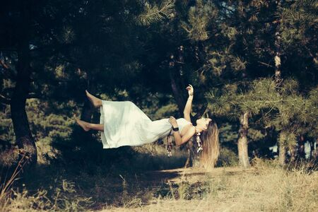 levitacion: Chica levitaci�n con vestido blanco en el bosque