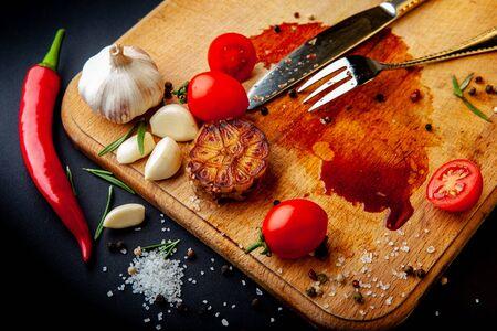 Planche à découper vide après avoir mangé du steak avec des restes de nourriture.
