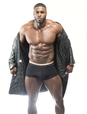 Bel homme noir arabe arabe reçoit un manteau de boxe montrant six abs abs et noir en porter avec le corps cassé Banque d'images - 99202287