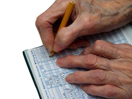 checkbook: Senior contar dinero en la chequera