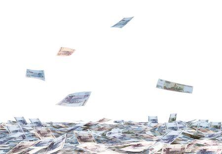 banco dinero: Montón de facturas rublo ruso y la caída de las facturas de rublo ruso aisladas sobre fondo blanco.