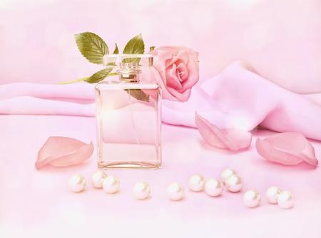 Flacon de parfum et de fleur rose, pétales et perles sur soie rose.
