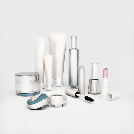 cremas faciales: Una crema para la cara, ojos redondos de piel crema, suero y bálsamo para los labios, lápiz labial, rimel, esmalte de uñas. El cuidado de la piel.