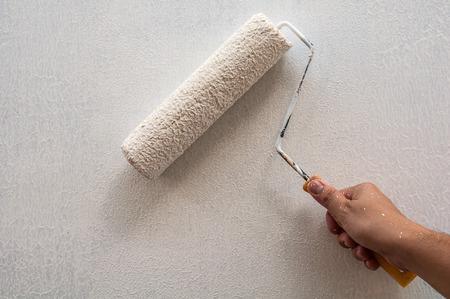 brocha de pintura: Mano que sostiene rodando pincel, pintura mural