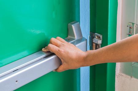 Hand ist pushingopening die Notfall Notausgang Tür Standard-Bild