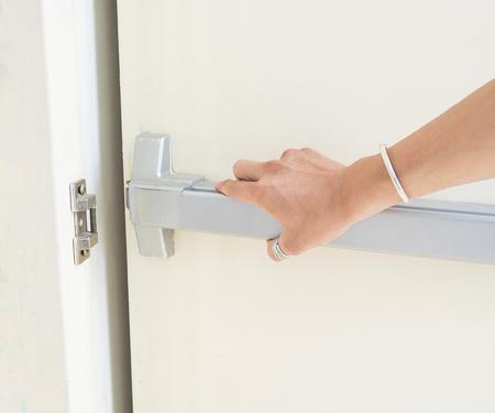 Hand is het indrukken van / het openen van de noodsituatie nooduitgang deur