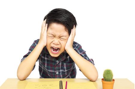 Boze jongen schreeuwt terwijl het doen van zijn opdracht Stockfoto