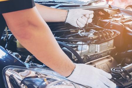Mechanic man repairing car 免版税图像