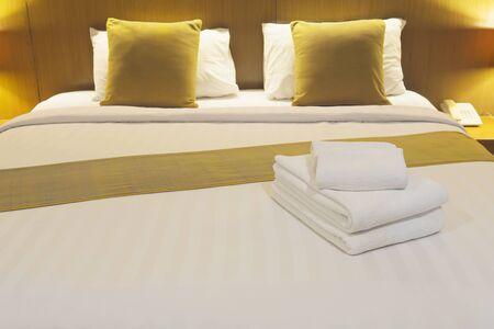 White bedding and towel set in modern hotel 免版税图像