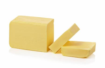 mantequilla: Barra de mantequilla, cortada, aislados en blanco