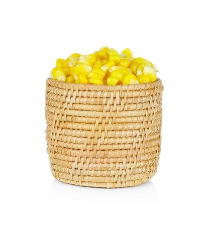 mazorca de maiz: el grano de ma�z dulce entero en la cesta sobre fondo blanco