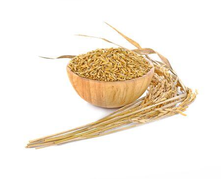 De arroz amarillo arroz jazmín aislados en fondo blanco