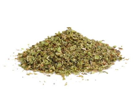 Kupie suszone liście oregano na białym tle