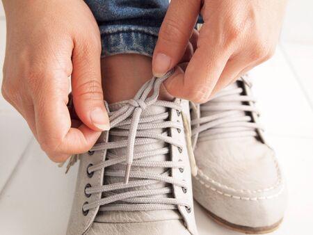shoe string: Tie a shoe string