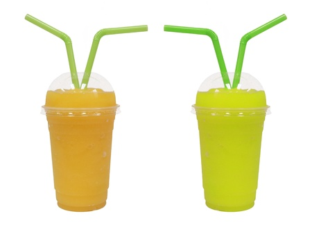 granizados: smoothie diferente con frutas sobre fondo blanco