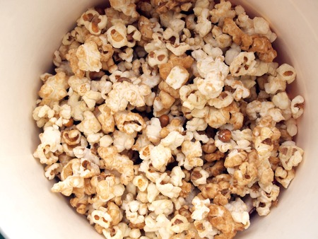 pop corn in caramel syrup in the paper box Imagens