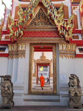 bouddhisme: porte vo�te du temple bouddhiste Banque d'images