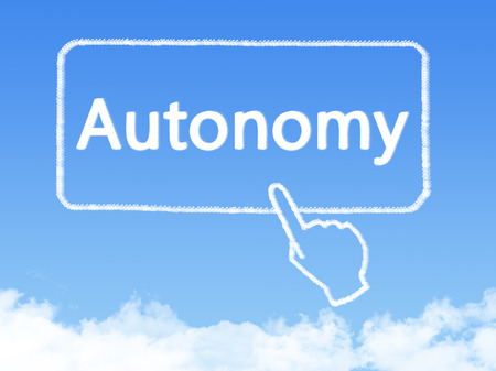 autonomia: autonomía forma nubes mensaje Foto de archivo