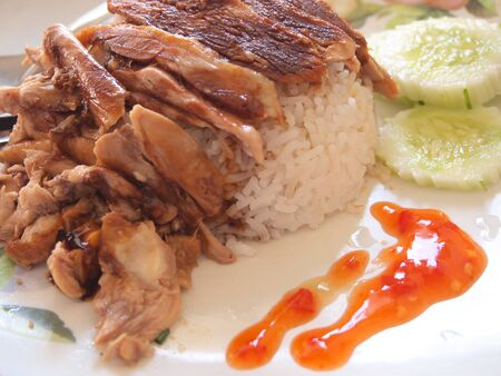 plato del buen comer: Fried sliced pork with garlic with rice and cucumber