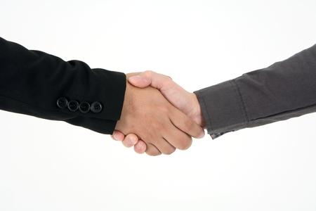 Zwei Geschäftsleute posten, um die Hand zu schütteln, um einen Deal zu begehen und den Erfolg isoliert auf weißem Hintergrund zu feiern Standard-Bild