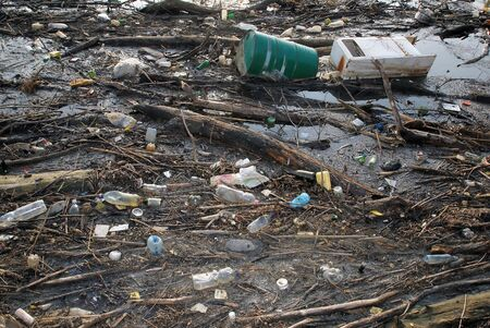 Basura tóxica y basura peligrosas en agua Foto de archivo - 2517007