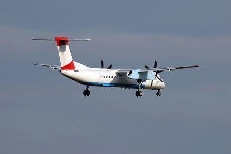 aviones pasajeros: Regional avi�n de pasajeros, unos momentos antes de aterrizar  Foto de archivo
