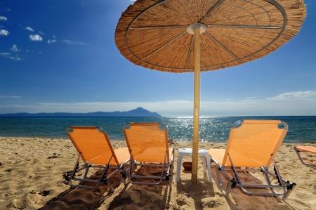 sithonia: Ponti e ombrellone sulla spiaggia a Sarti, Sithonia, Grecia