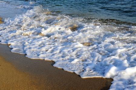 sithonia: onde che si infrangono sabbiosa spiaggia di Toroni, Sithonia, Grecia