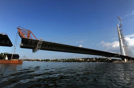 segmento: Construcci�n de puentes, levantar el �ltimo segmento a la posici�n Foto de archivo