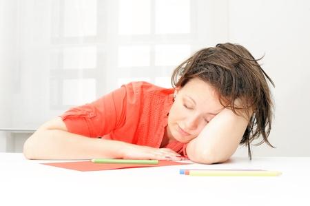 weariness: Retrato de mujer de negocios reales agotado en su oficina