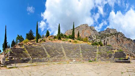 antigua grecia: Las ruinas del teatro antiguo en el sitio arqueológico de Delfos en Grecia Foto de archivo