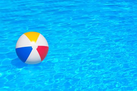 Opblaasbare bal zwevend in een zwembad Stockfoto