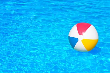 プールに浮かぶボールを膨らませる 写真素材