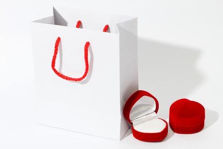 white paper bag: Bolsa de papel blanco y la caja de joyer�a del coraz�n, fondo blanco Foto de archivo