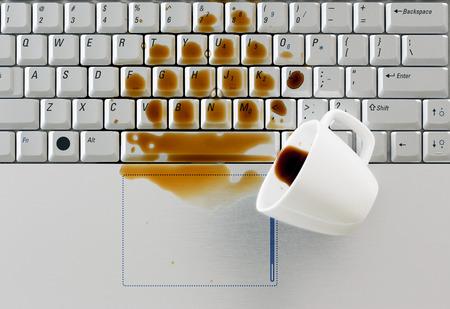 tasse de caf�: Caf� renvers� sur le clavier Banque d'images