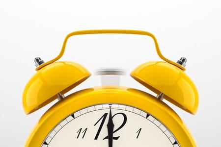 Dzwonka budzika. Żółty półki tabeli vintage zegar na białym tle. Termin, obudź się, czas się skończy, działaj szybko, przypomnienia sprzedaż, gorącego cen koncepcji. Zdjęcie Seryjne