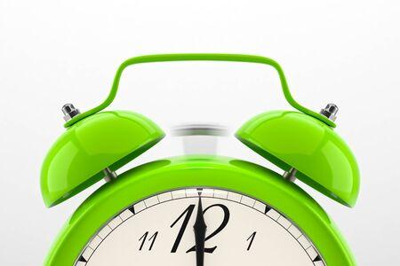 Sveglia di squillo. Verde scaffale tavolo orologio d'epoca su sfondo bianco. Scadenza, sveglia, il tempo è scaduto, agire in fretta, vendita promemoria, i prezzi caldo concetto. Archivio Fotografico