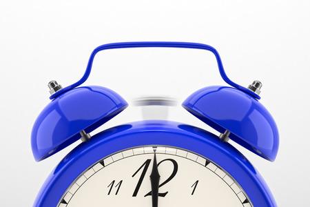 울리는 알람 시계. 흰색 배경에 파란색 테이블 선반 빈티지 시계입니다. 마감일, 일어나, 시간이 다가오고, 행동을 빨리, 판매 알림, 뜨거운 가격 개념.