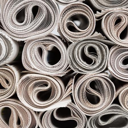 신문의 스택 롤, 종이 질감 배경.