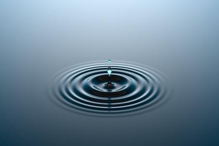 Acqua che cade nella superficie dell & # 39 ; acqua