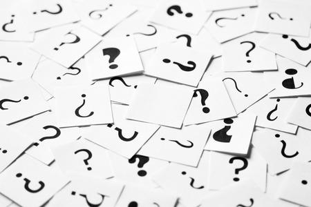 Haufen von Fragezeichen-Zeichen verstreut mit einem leeren in der Mitte. Entscheidung, Anfrage oder FAQ-Konzept.