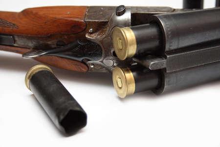 gun shell: Aislado disparo de escopeta con municiones  Foto de archivo
